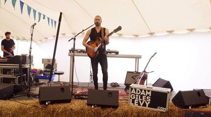 Foto de Adam Giles Levy en concierto