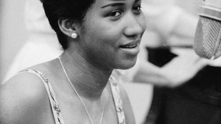 Foto de Aretha Franklin de joven en blanco y negro