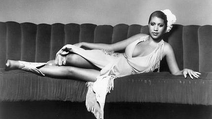 Foto de Aretha Franklin tumbada en un sofá