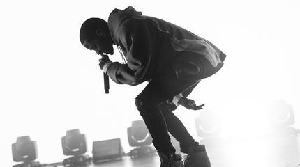 Foto de Big Sean en blanco y negro cantando