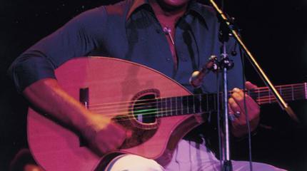 Foto de Bill Withers tocando la guitarra