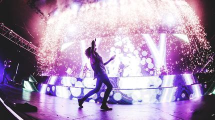 Foto de Bring me the horizon en el escenario con fuegos
