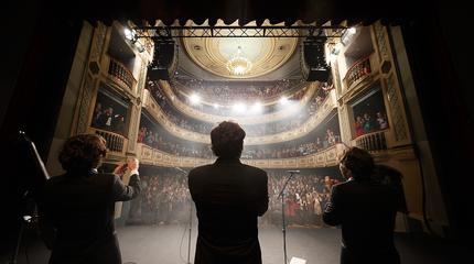 Foto de Café Quijano al final de un concierto en un teatro