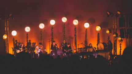 Foto de Cage The Elephant en concierto sobre un escenario