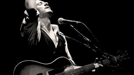 Foto de Coque Malla cantando con su guitarra