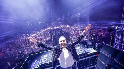 Foto de David Guetta en concierto desde el escenario y con el público de fondo