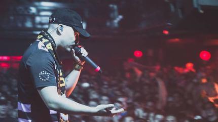 Foto del rapero Dellafuente en concierto.