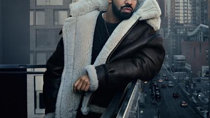 Drake posando en una azotea