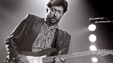 Foto de Eric Clapton en blanco y negro tocando la guitarra