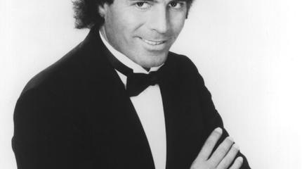 Julio Iglesias en blanco y negro