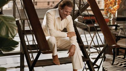 Julio Iglesias sentado en una escalera