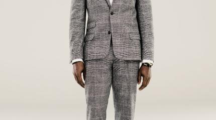 Foto de Kanye West de cuerpo entero en traje
