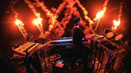 Foto de Kygo en el escenario con fuegos artificiales