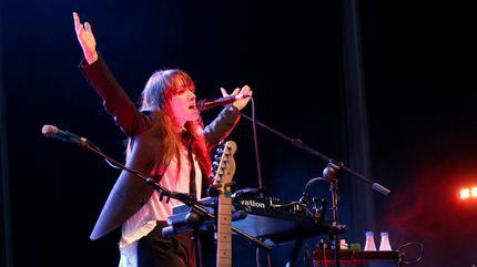 Foto de La Bien Querida en concierto cantando