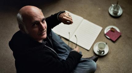 Foto de Ludovico Einaudi con partitura