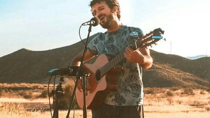 Foto de G. Lucas cantando