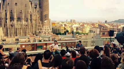 Foto de Maga en concierto en una azotea al lao de la Sagrada Familia en Barcelona