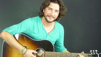 Foto de Manuel Carrasco con su guitarra