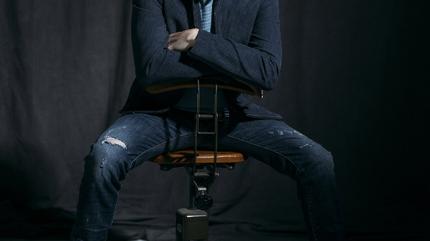 Foto de Michael Bublé sentado en una silla