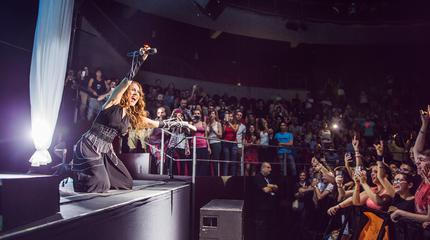 Foto de Monica Naranjo entregada a su público en un concierto