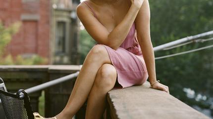 Foto de Norah Jones en un balcón
