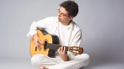 Foto del cantautor canario Pedro Guerra tocando la guitarra