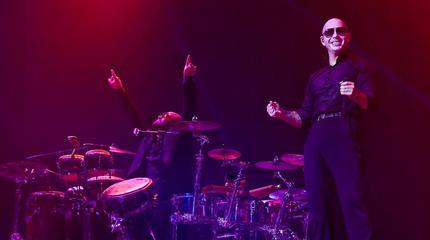 Pitbull en el escenario en un concierto