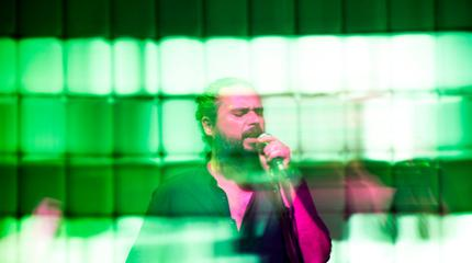 Foto de uno de los miembros del cuarteto sevillano Pony Bravo tocando en un concierto