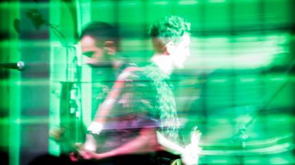 Foto de uno de los miembros de la banda de indie sevillano Pony Bravo tocando durante un concierto