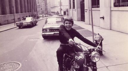Foto de Raphael de joven montando en moto