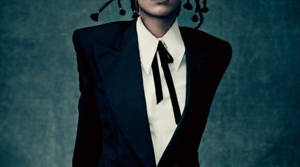 Foto de Rihanna con tencitas y traje