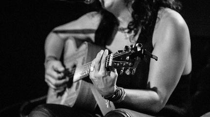 Foto de la artista Rosana tocando la guitarra