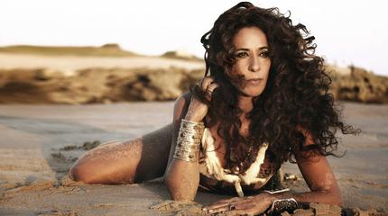 Foto de Rosario Flores posando en la playa