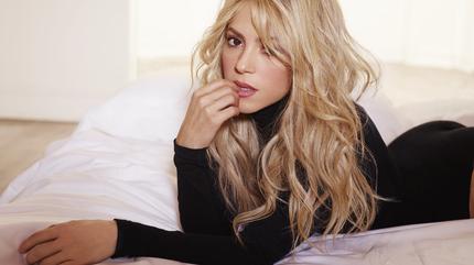 Foto de Shakira posando tumbada