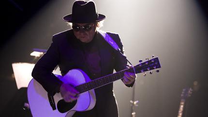 Foto de Van Morrison tocando la guitarra
