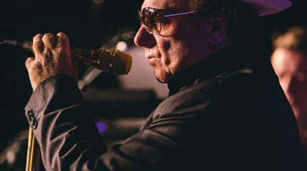 Foto de Van Morrison cantando