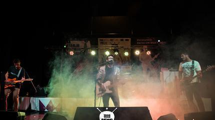 Rey Oficial en el escenario sobre el concurso de bandas indie, noviembre de 2017