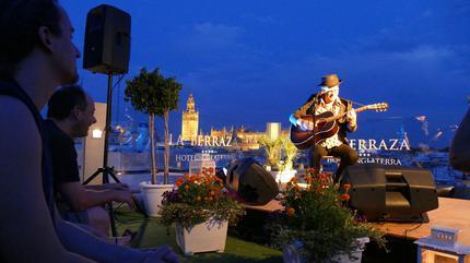 Fotografía de un concierto de Juan Perro en la terraza del Hotel Inglaterra.